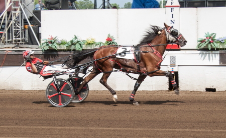 You'remyheartrob (Kyle Wilfong) sped to a 1:50.2 clocking when he ended Fox Valley Gemini's unbeaten streak at 16 in a row. (Four Footed Fotos)