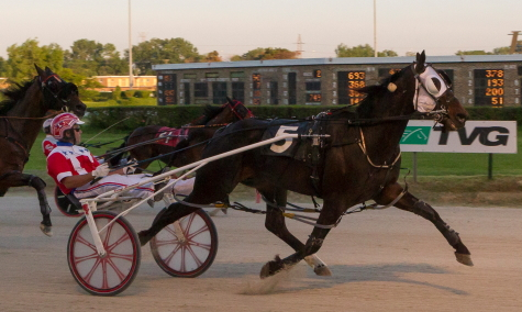 Here's a familiar sight. It's Fox Valley Gemini (Casey Leonard) winning his fifth consecutive Open victory at Hawthorne. Friday night's mile time of 1:51 flat was a season fastest for the Terry Leonard ICF star pacer (Four Footed Fotos)