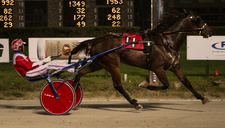 Fox Valley Quest (Casey Leonard) made it four straight with his easy win in last night's first Kadabra freshman trot division. (Four Footed Fotos)